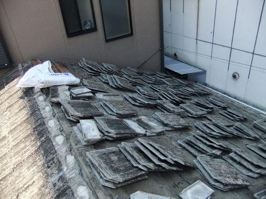 古い瓦の撤去作業