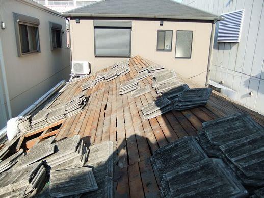 瓦撤去作業中の屋根